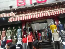Street shopping in the Sarojini Nagar